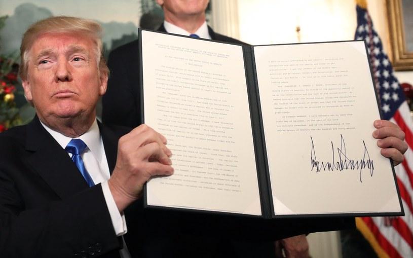 Prezydent USA Donald Trump prezentuje dokument z decyzją o uznaniu Jerozolimy za stolicę Izraela /JIM LO SCALZO /PAP/EPA