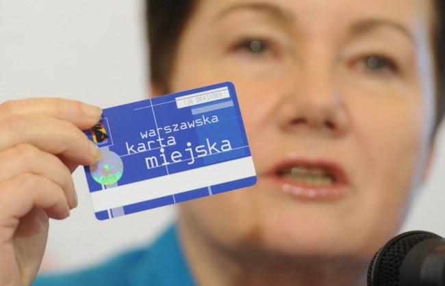 Prezydent Warszawy Hanna Gronkiewicz-Waltz prezentuje Kartę warszawiaka /Bartłomiej Zborowski /PAP