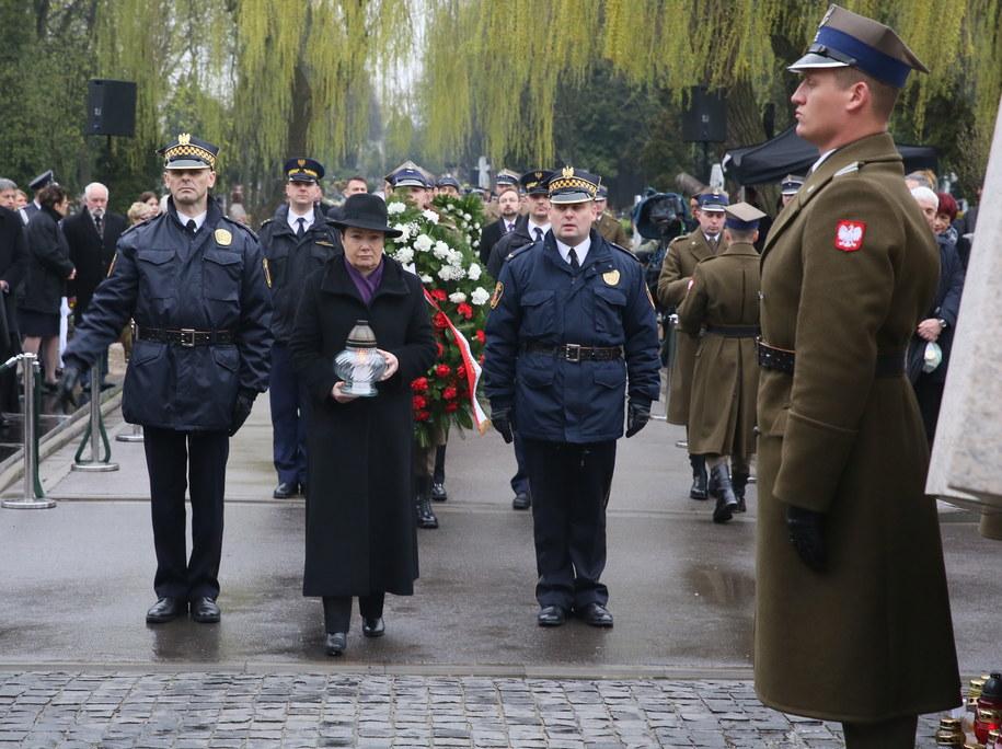 Prezydent Warszawy Hanna Gronkiewicz-Waltz w czasie uroczystości pod pomnikiem ofiar na Cmentarzu Wojskowym na Powązkach /Tomasz Gzell /PAP