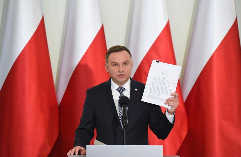 Prezydent z projektem ustawy /Radek Pietruszk /PAP