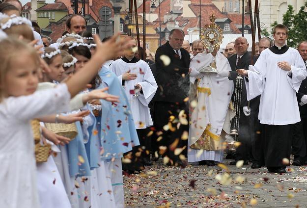 Procesja eucharystyczna po mszy świętej w kościele św. Anny w Warszawie, fot. P. Supernak /PAP