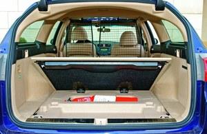 Producenci nierzadko liczą objętość bagażnika wraz ze schowkami. /Motor