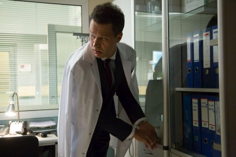 Prof. Andrzej Falkowicz (Michał Żebrowski) w roli szpitalnego złodzieja? Musi być zdesperowany... /Agencja W. Impact