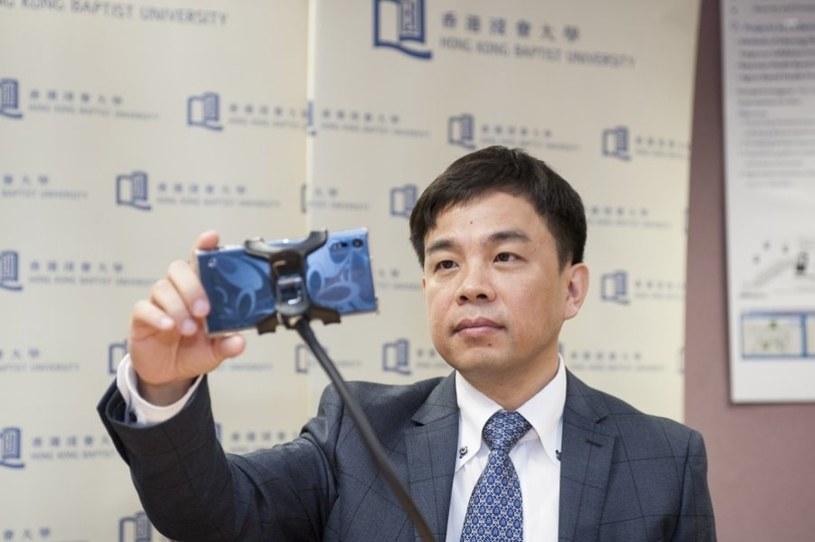 Prof. Cheung Yiu-ming demonstruje działanie swojej aplikacji /materiały prasowe