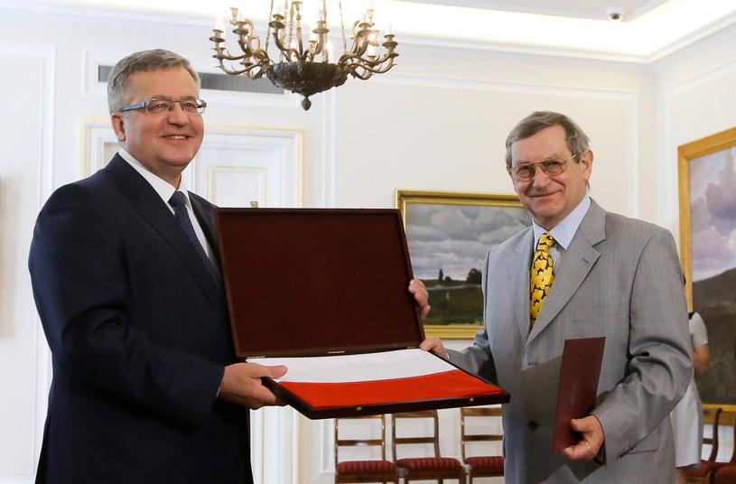 Prof. Norman Davies (P) odbiera akt nadania polskiego obywatelstwa z rąk prezydenta Komorowskeigo. /Paweł Supernak /PAP
