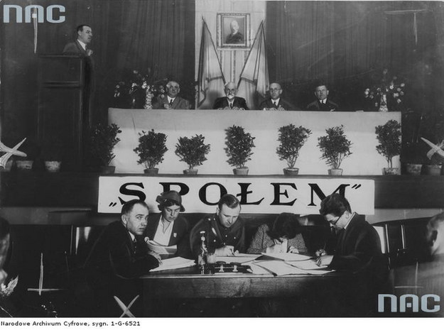 """Prof. Stanisław Wojciechowski podczas ogólnopolskiej konferencji """"Społem"""" w Kielcach w 1933 r. /Z archiwum Narodowego Archiwum Cyfrowego"""