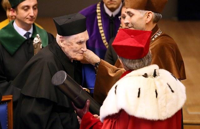 prof. Witold Kieżun odbiera z rąk rektora UJ prof. Wojciecha Nowaka  doktorat honoris causa /Stanisław Rozpędzik /PAP