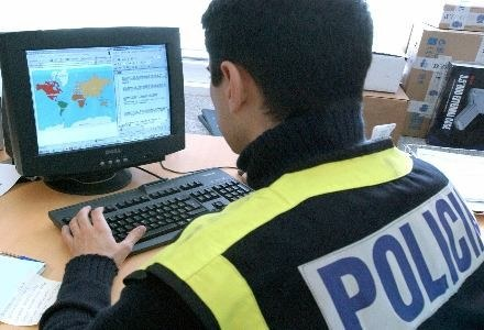 Program Marringtona ma ułatwić policji przeszukiwanie komputerów /AFP