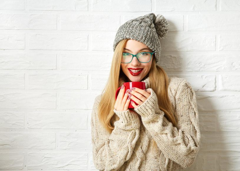 Projektanci mody mają na nadchodzący sezon również propozycje ubiorów z włóczki /123RF/PICSEL