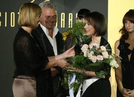 Projektant Vinicio Pajaro wręcza Irenie Jarockiej Laur Elegancji fot. Andrzej Wrzesiński /INTERIA.PL