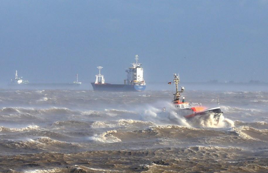 Prom w poniedziałek oczekiwał w Karlskronie na poprawę pogody, ale silny wiatr spowodował zerwanie kotwicy /Christian Charisius   /PAP/EPA