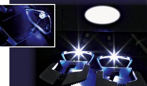 Promień lasera trafia na fosforyzująca płytkę emitującą światło. Jest ono kierowane przez układ optyczny na drogę. /Motor