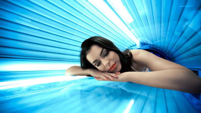Promieniowanie emitowane przez lampy UVA w solarium może być nawet kilkadziesiąt razy silniejsze niż na plaży /123RF/PICSEL
