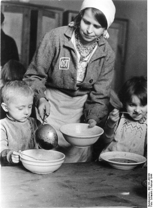 Propagandowe zdjęcie pokazujące, jak dobrze miało się żyć dzieciom robotnic przymusowych /Wikimedia Commons /