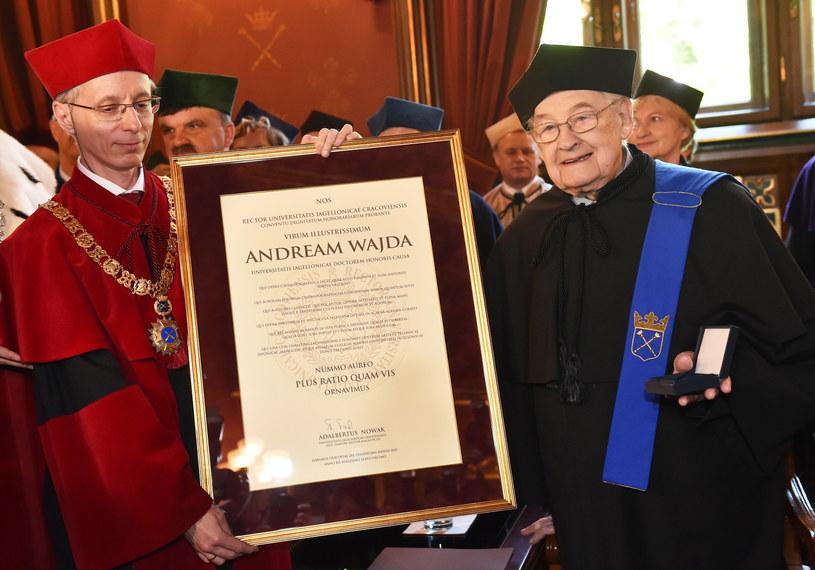 Prorektor Stanisław Kistryn (L) wręcza Andrzejowi Wajdzie (P) pamiątkowy dyplom /Jacek Bednarczyk /PAP