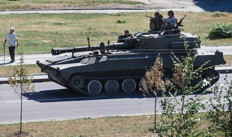 Prorosyjski czołg na ulicy Doniecka, 15 sierpnia 2014 /DIMITAR DILKOFF /AFP