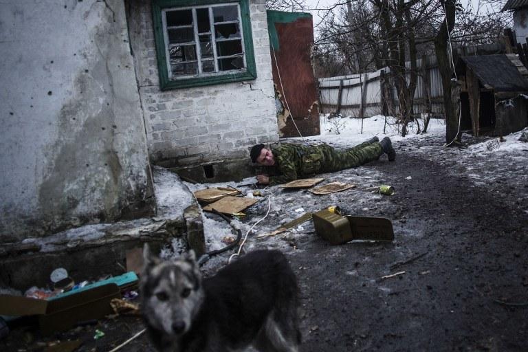 Prorosyjski separatysta w trakcie walk w miejscowości Deblacewo w obwodzie Donieckim /MANU BRABO /AFP