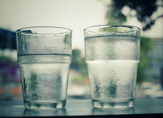 Prosty nawyk picia wody przed posiłkiem, może przyczynić się do utarty masy ciała /Picsel /123RF/PICSEL