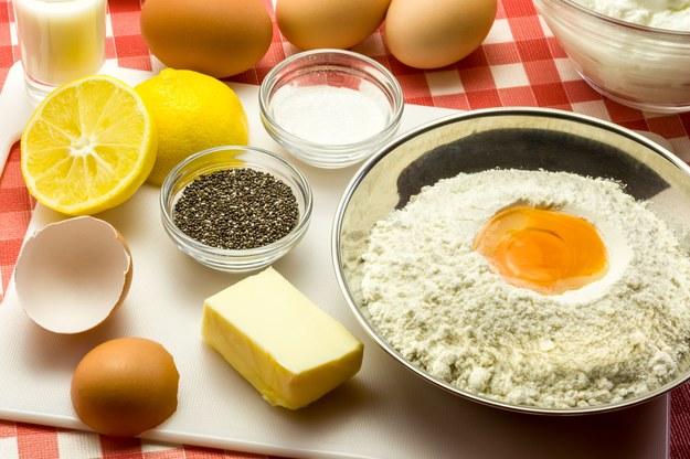 Proszek do pieczenia najlepiej wymieszać z mąką /123/RF PICSEL