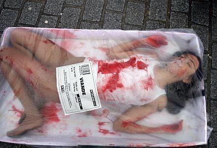 Protest PETA przed sklepem Burberry /AFP