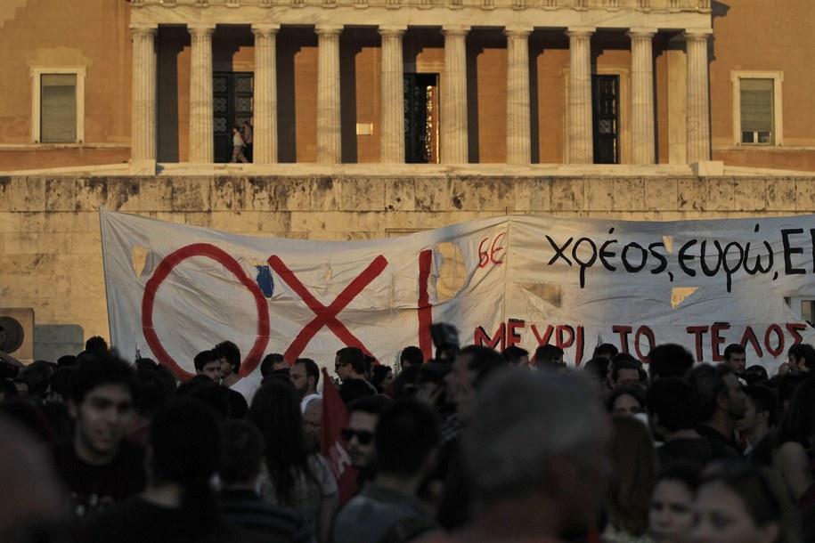 Protest przeciwników dalszych oszczędności przed budynkiem parlamentu w Atenach /ORESTIS PANAGIOTOU /PAP/EPA