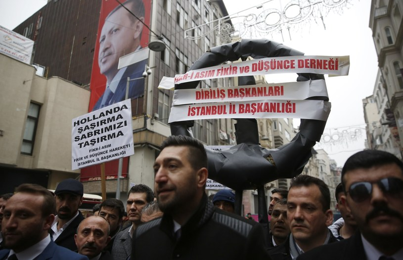 Protest przed konsulatem w Stambule /PAP/EPA