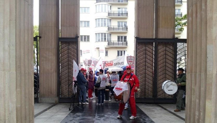 Protest przed MEN. W ruch poszły szable