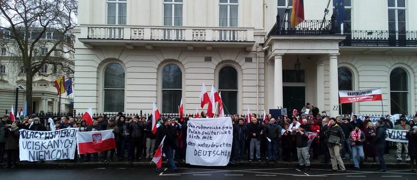 Protest przed niemiecką ambasadą w Londynie /Bogdan Frymorgen /RMF FM