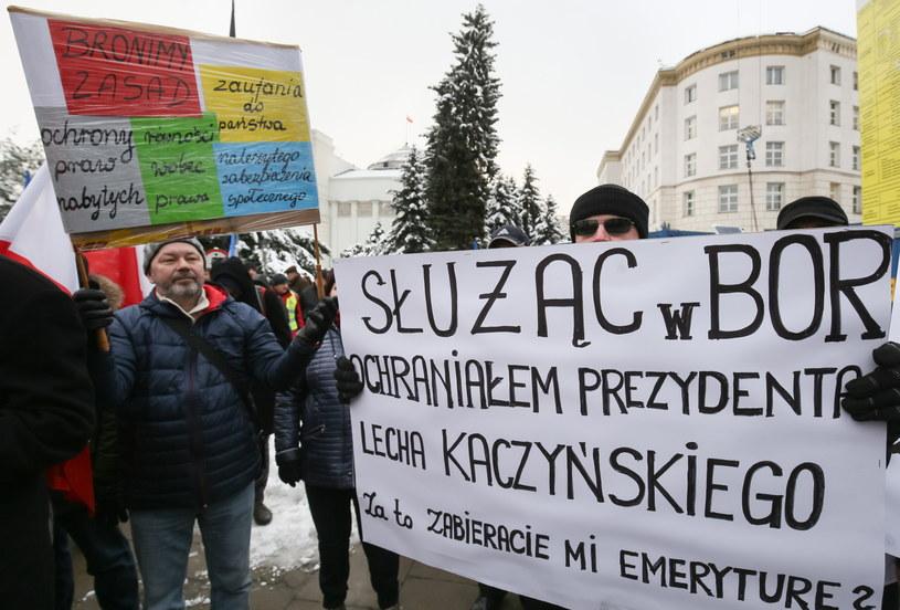Protest służb mundurowych przed Sejmem /Paweł Supernak /PAP