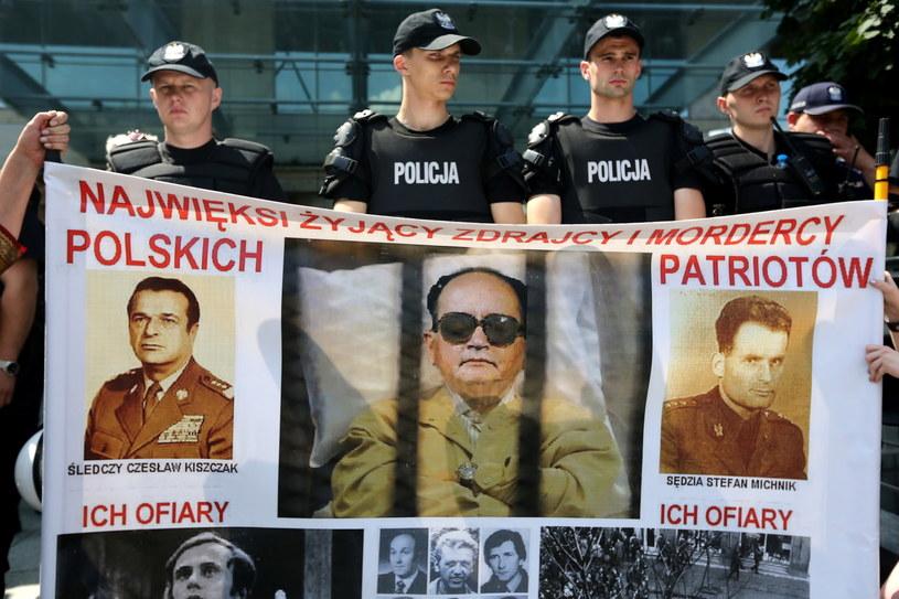 Protest środowisk prawicowych przeciwko świętowaniu urodzin gen. Wojciecha Jaruzelskiego /Tomasz Gzell /PAP
