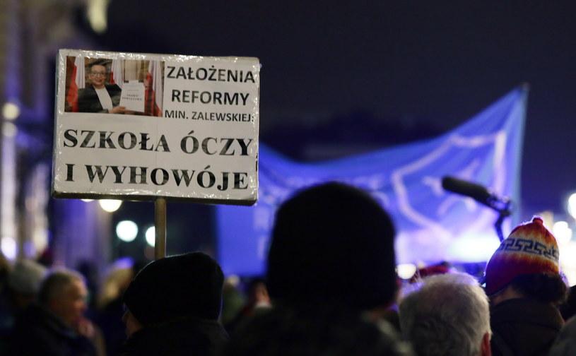 Protest stu bębnów przed Pałacem Prezydenckim w Warszawie /Tomasz Gzell /PAP