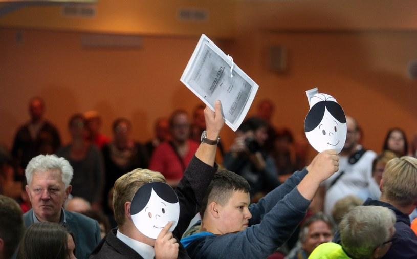 Protestująca Młodzież Wszechpolska w czasie spotkania z Lechem Wałęsą organizowane przez KOD /Piotr Mecik /East News