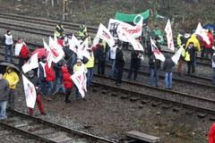 Protestujący górnicy blokują tory kolejowe w Katowicach