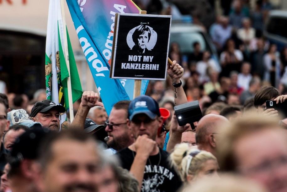 Protestujący podczas wiecu Angeli Merkel w Annaberg-Buchholz /FILIP SINGER /PAP/EPA