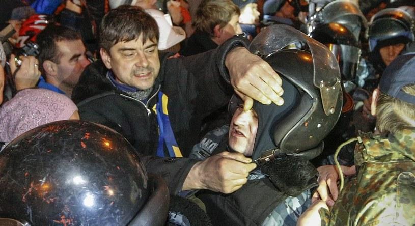 Protestujący ściągali milicjantom maski i hełmy /PAP/EPA