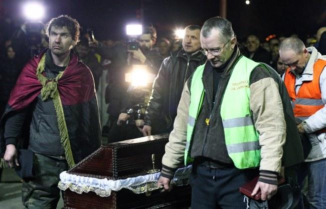 Protestujący z trumną jednej z ofiar zamieszek w Kijowie /PAP/EPA/IGOR KOVALENKO /PAP/EPA