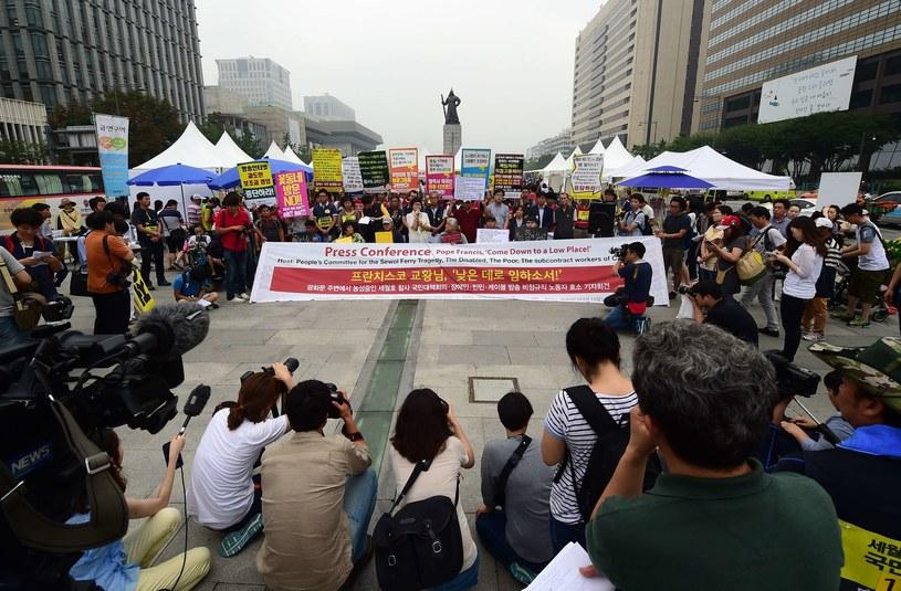 Protestujący zapowiadają czynny opór, jeśli policja będzie chciała usunąć ich z placuyszczenia placu spotka się z ich oporem /AFP