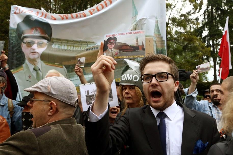 Protesty podczas uroczystości pogrzebowych generała Wojciecha Jaruzelskiego na wojskowych Powązkach /Tomasz Gzell /PAP