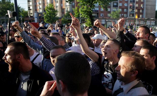 """Protesty przed Teatrem Powszechnym w Warszawie. Poszło o """"Klątwę"""""""
