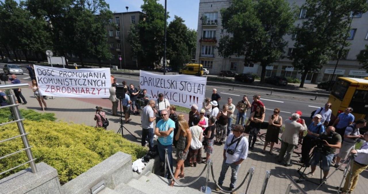 Protesty przed warszawskim hotelem. Generał świętuje urodziny