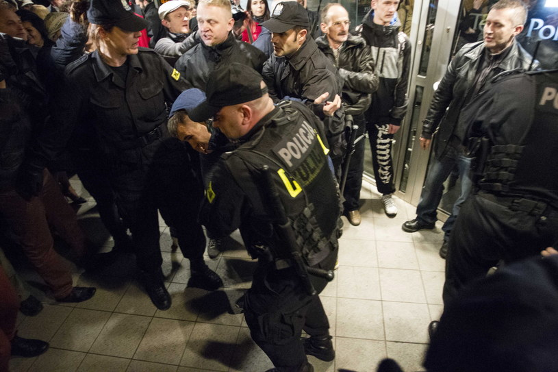 Protesty środowisk katolickich i przedstawicieli Ruchu Oburzonych odbyły się przed Teatrem Polskim we Wrocławiu /Aleksander Koźmiński /PAP
