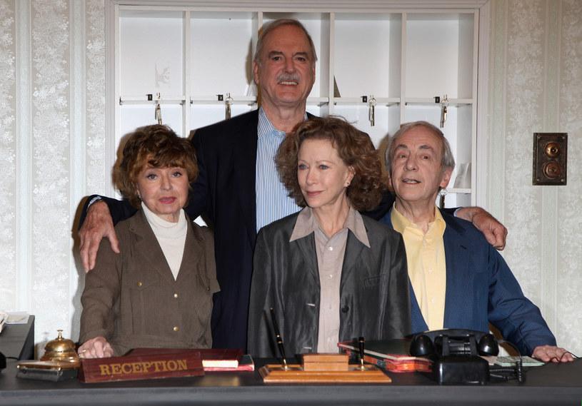"Prunella Scales, John Cleese, Connie Booth i Andrew Sachs na spotkaniu z okazji 30-lecia serialu ""Hotel Zacisze"" (2009) /Tim Whitby /Getty Images"