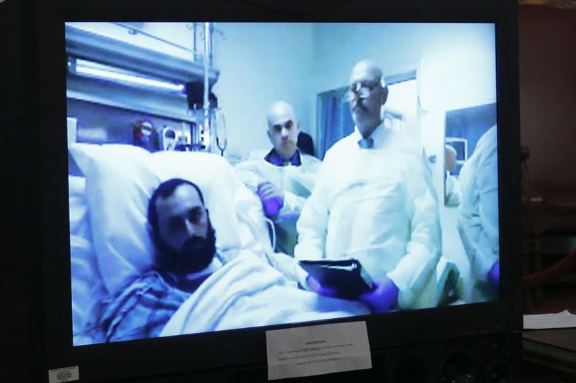 Przebywający w szpitalu w Newark Ahmad Khan Rahami przysłuchuje się rozprawie za pośrednictwem połączenia satelitarnego /AFP