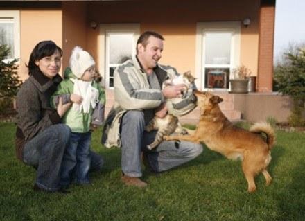 Przebywanie pod jednym dachem maluszka i zwierzęcia przynosi dziecku ogromne korzyści