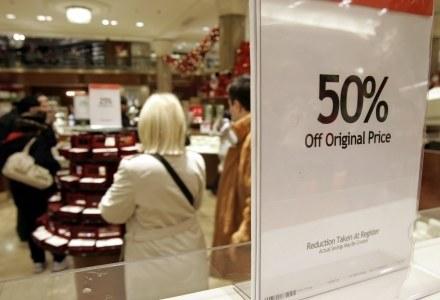 Przeceny o 50 proc. przywędrowały do nas z USA. Nie zawsze są one tak korzystne, na jakie wygladają. /AFP