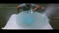 Przeciął balon z wodą małą piłą elektryczną. Eksperyment nagrał w zwolnionym tempie