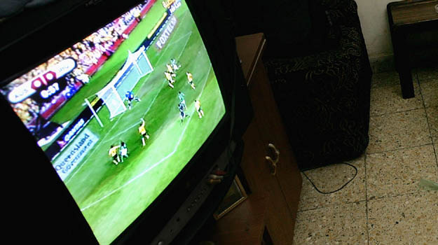 Przeciętny Polak dziennie ogląda tyle telewizji, ile trwają dwa mecze piłkarskie - fot. W. Khuzaie /Getty Images/Flash Press Media