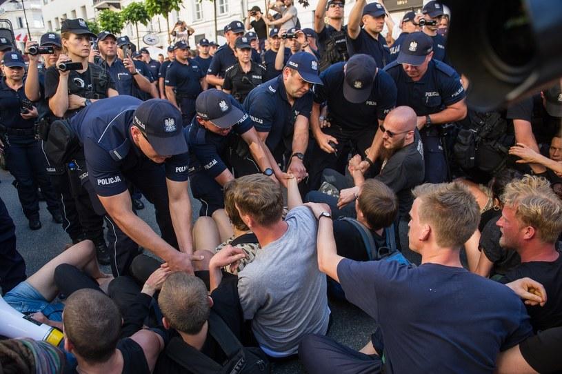 Przeciwnicy marszu narodowców usunięci przez policję /Bartosz Krupa /East News