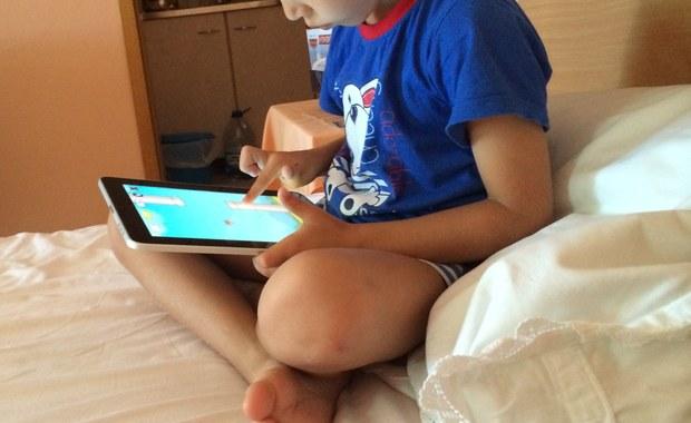 Przeczytaj i powiedz dziecku, jak bezpiecznie korzystać z internetu