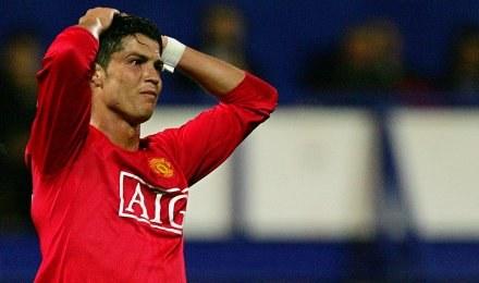 Przed chwilą Ronaldo ujrzał czerwoną kartkę w meczu z Portsmouth /AFP
